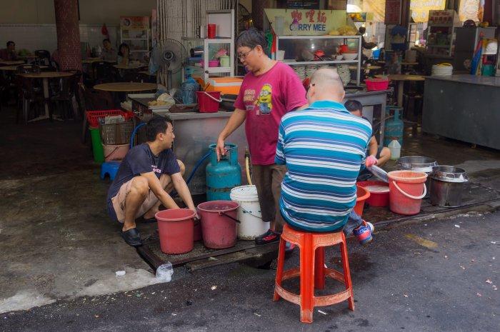 Vaisselle dans la rue en Malaisie