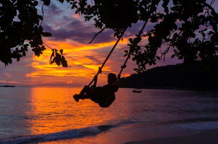 Balançoire sur la plage au coucher de soleil, Pangkor, Malaisie