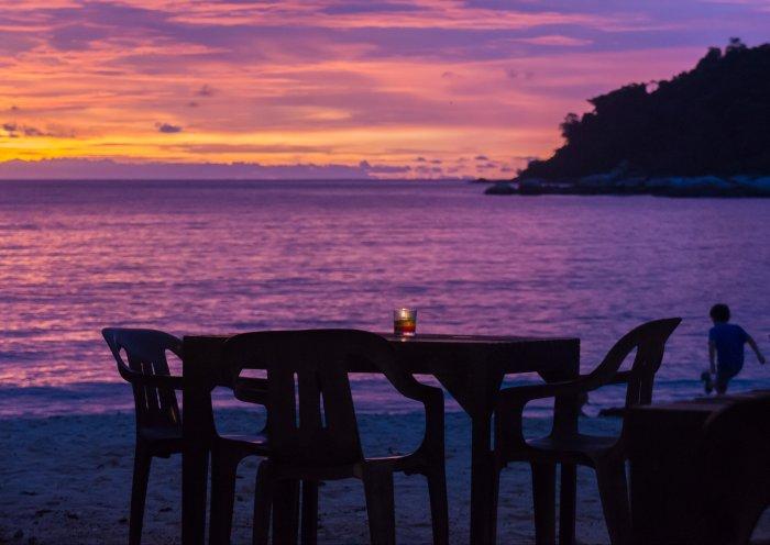 Tables sur le sable à Pangkor, Malaisie