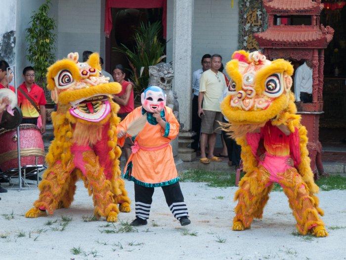 Fête à George Town devant un temple chinois