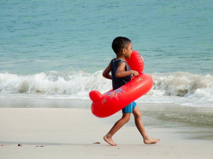 Petit garçon sur la plage à Pangkor, Malaisie