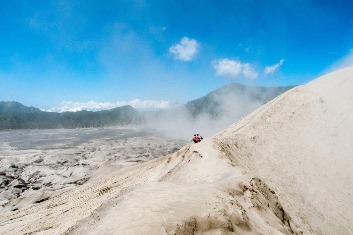 Touristes au bord du cratère du Mont Bromo, Indonésie