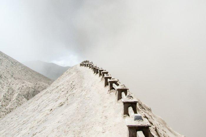 Au bord du cratère du Mont Bromo, Indonésie