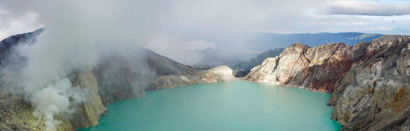 Panorama sur le lac turquoise du Kawah Ijen en Indonésie