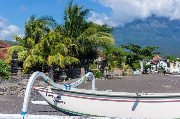 Bateau sur la plage d'Amed, Bali