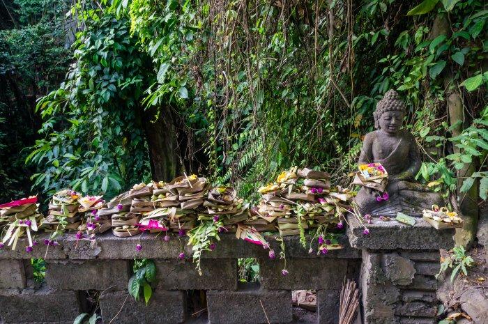 Offrandes et statue à Bali