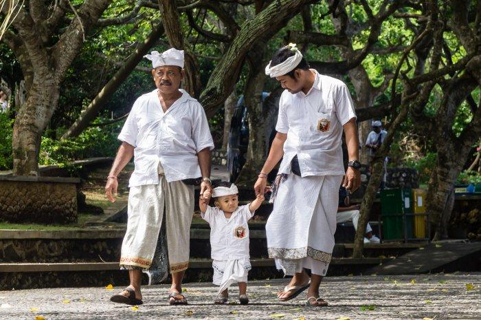 Balinais au temple