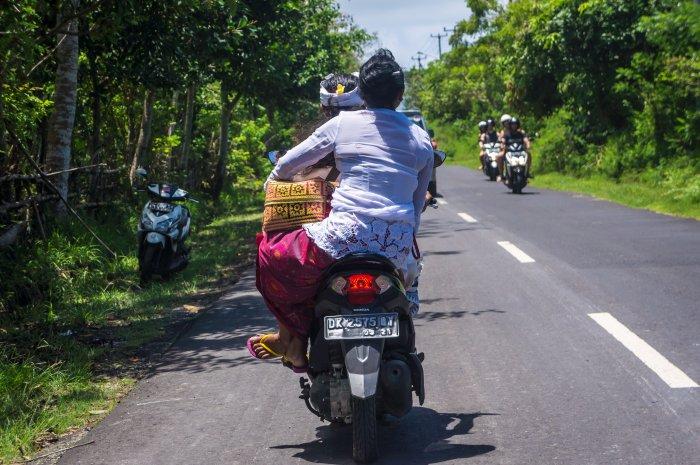 Balinaise portant des offrandes à scooter