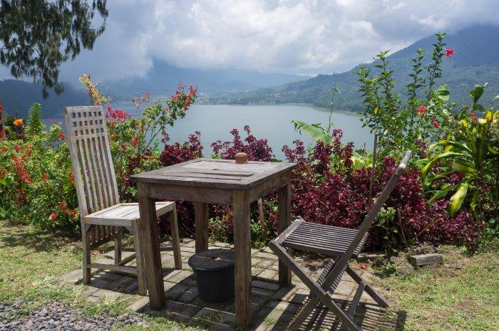 Petit restaurant au bord du lac Buyan, Bali, Indonésie