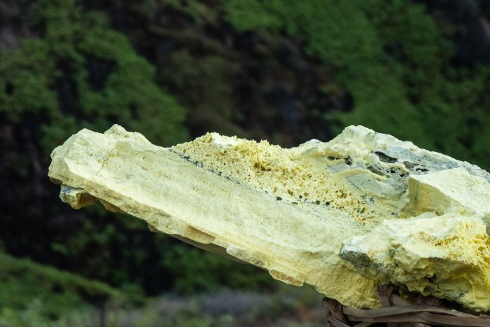 Morceau de soufre, Kawah Ijen, Indonésie