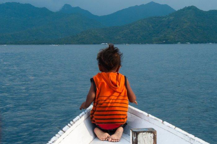 Enfant à l'avant du bateau
