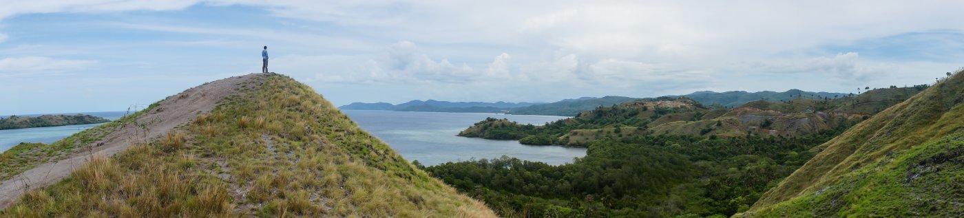 Collines et mer à Labuan Bajo, Flores