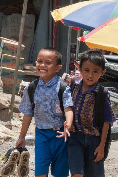 Enfants dans les rues de Labuan Bajo