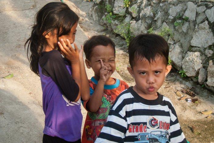 Enfants joueurs dans les rues de Labuan Bajo