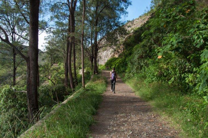 Chemin vers le volcan Kelimutu