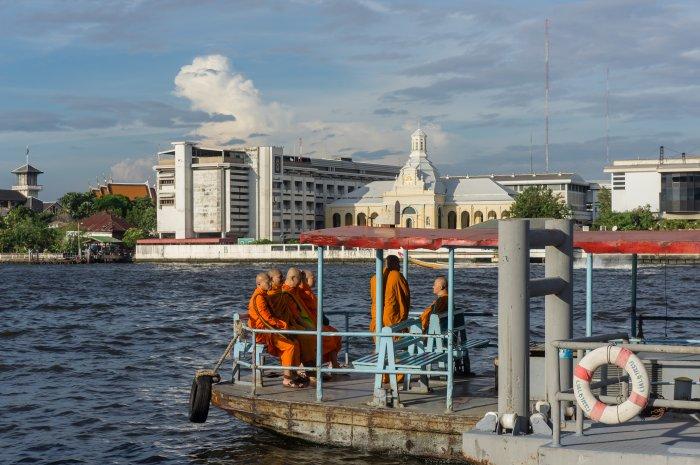 Moines sur le fleuve Chao Phraya, Bangkok