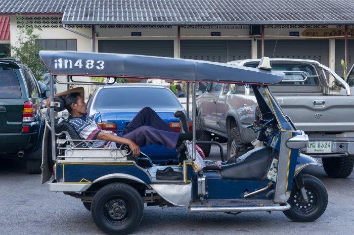 Chauffeur de tuk-tuk endormi