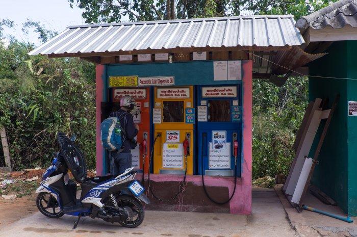 Borne d'essence en Thaïlande