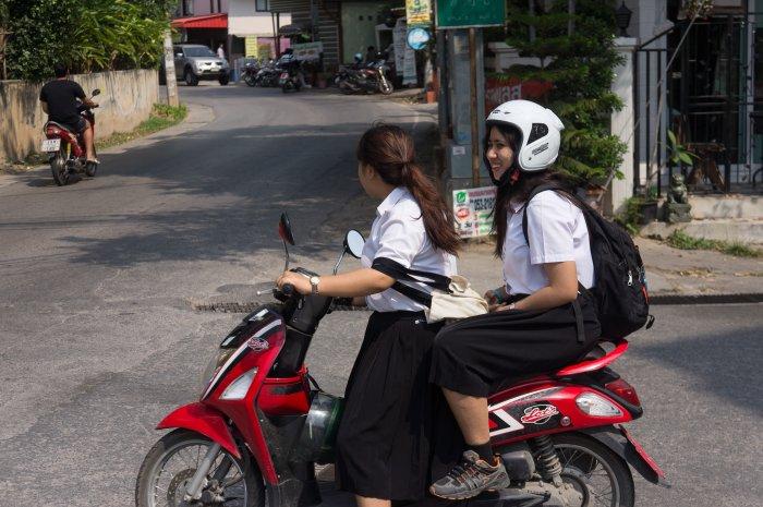 Jeunes filles en scooter à Chiang Mai