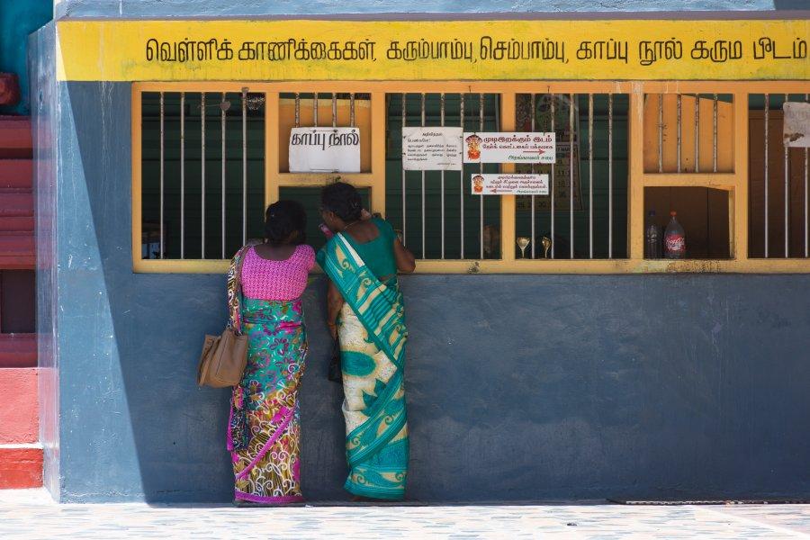 Femmes sri lankaises devant un temple hindou