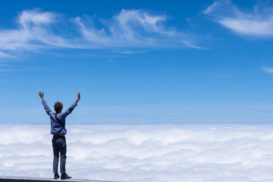 Passer au-dessus des nuages