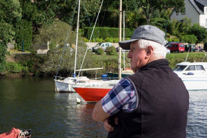 Breton devant des bateaux