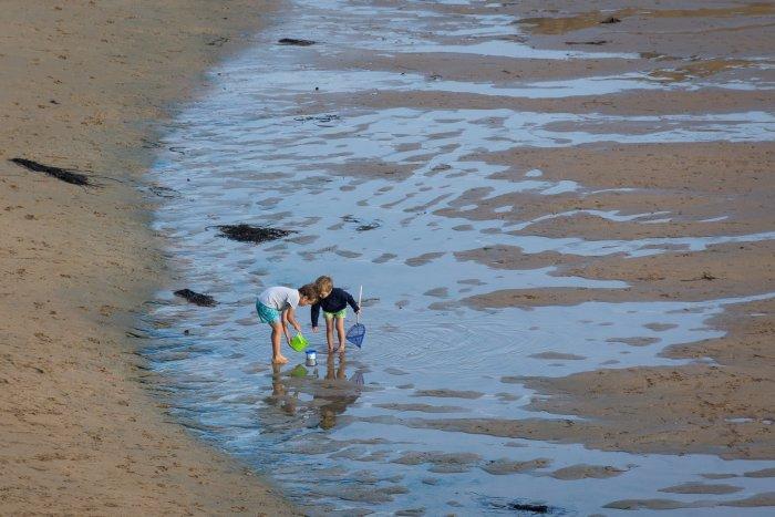 Enfants sur la plage en Bretagne