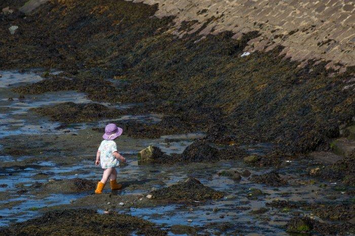 Enfant sur la plage en Bretagne