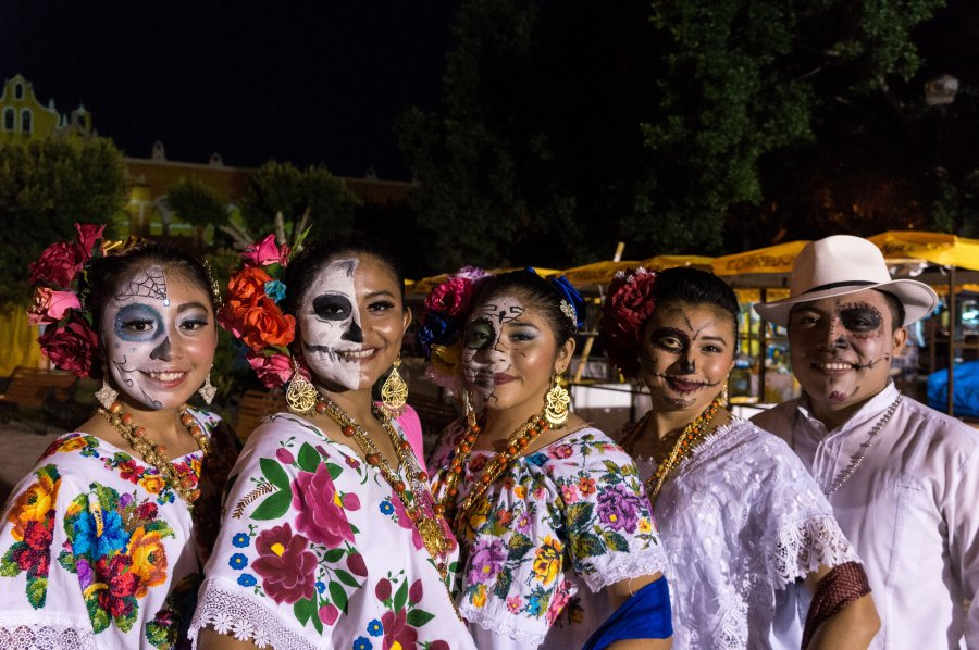 Tenues traditionnelles mexicaines pour la fête des morts