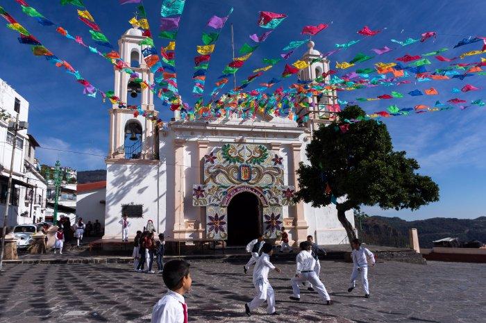 Enfants qui jouent sous les décorations de Noël à Taxco, au Mexique