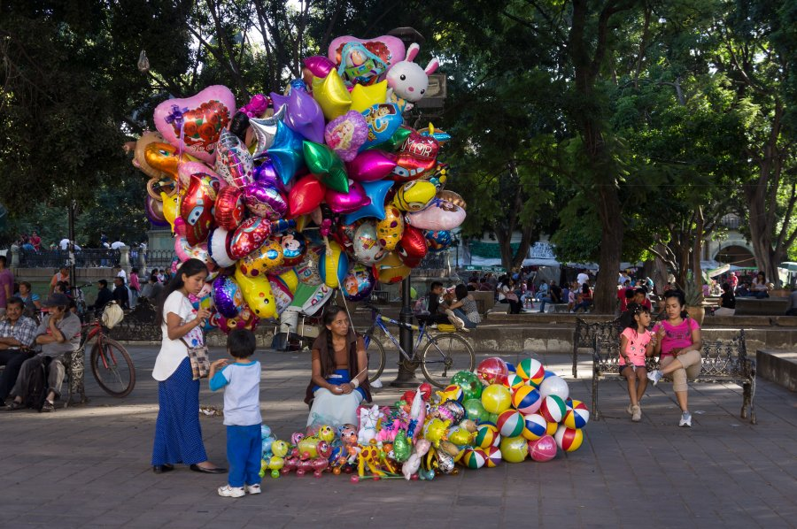 Vendeuse de ballons au zocalo de Oaxaca