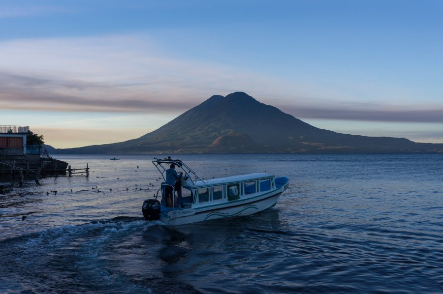 Lac Atitlán au lever du soleil, Guatemala