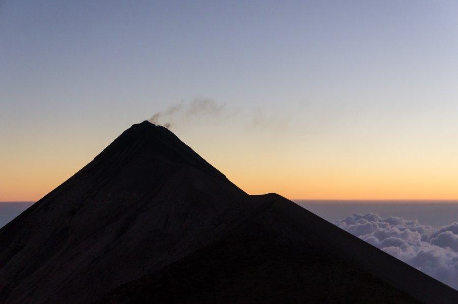 Lever de soleil sur le volcan Fuego, Guatemala