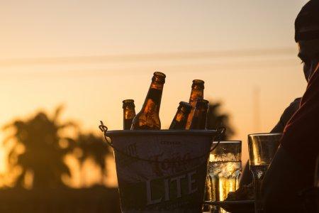 Bières au coucher du soleil
