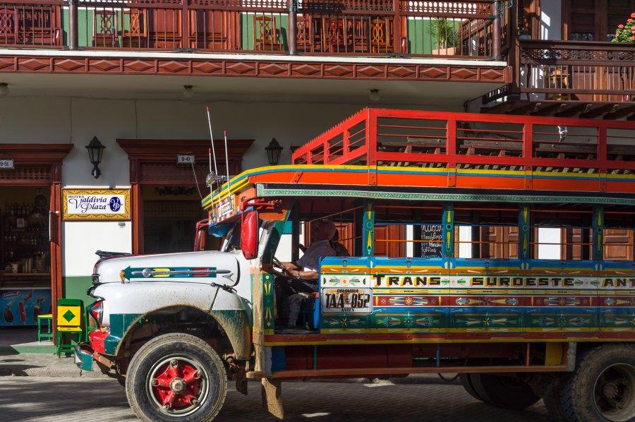 Chiva colombienne dans les rues de Jardín