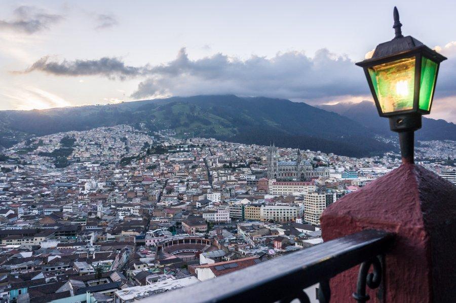 Vue sur Quito au coucher du soleil