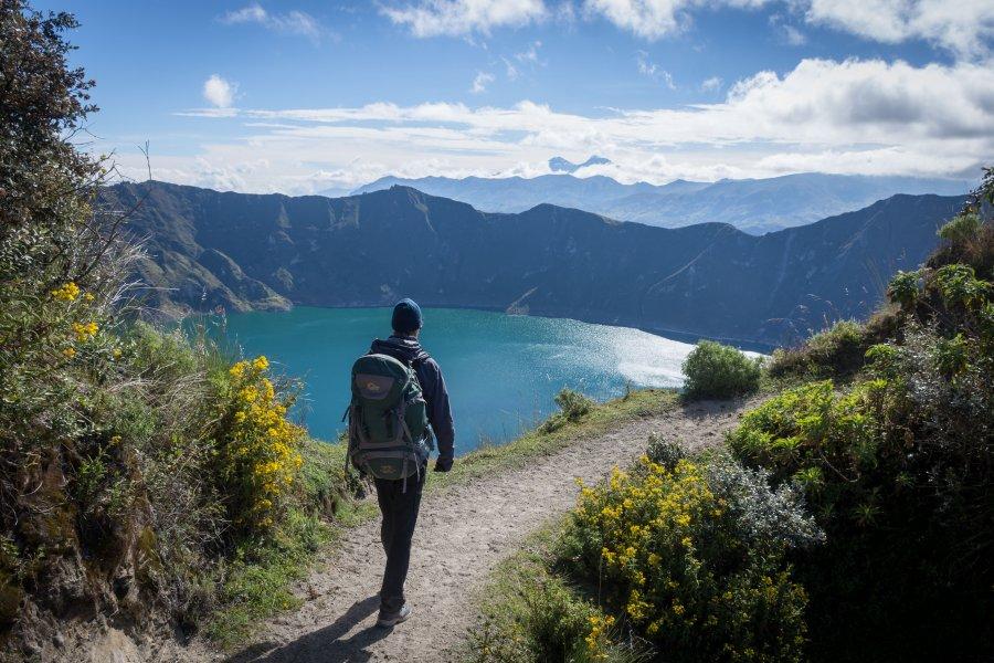 Randonneur au bord du lac de Quilotoa