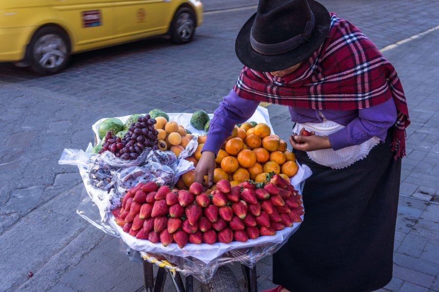 Vendeuse de rue à Cuenca, Équateur