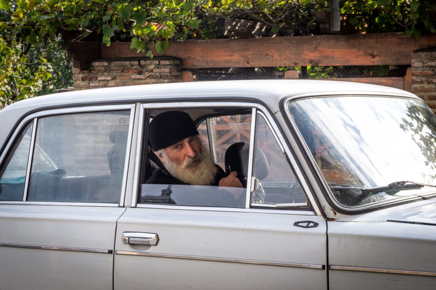 Pope orthodoxe dans une voiture