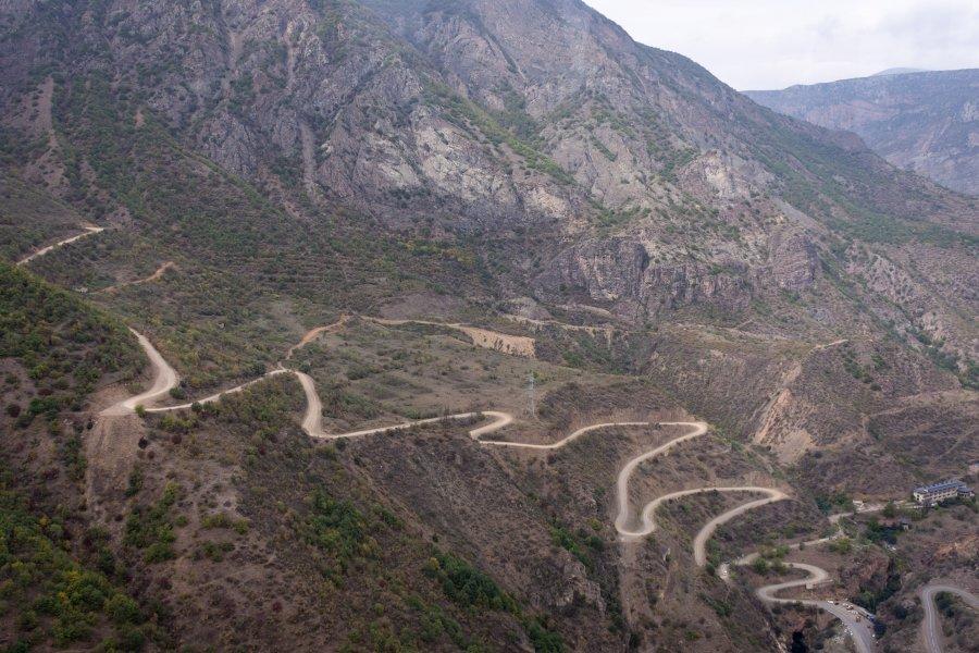 Route de montagne à Tatev en Arménie