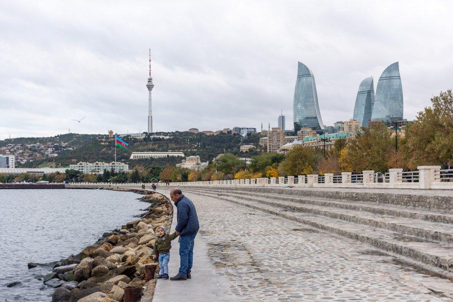 Boulevard le long de la mer Caspienne à Bakou