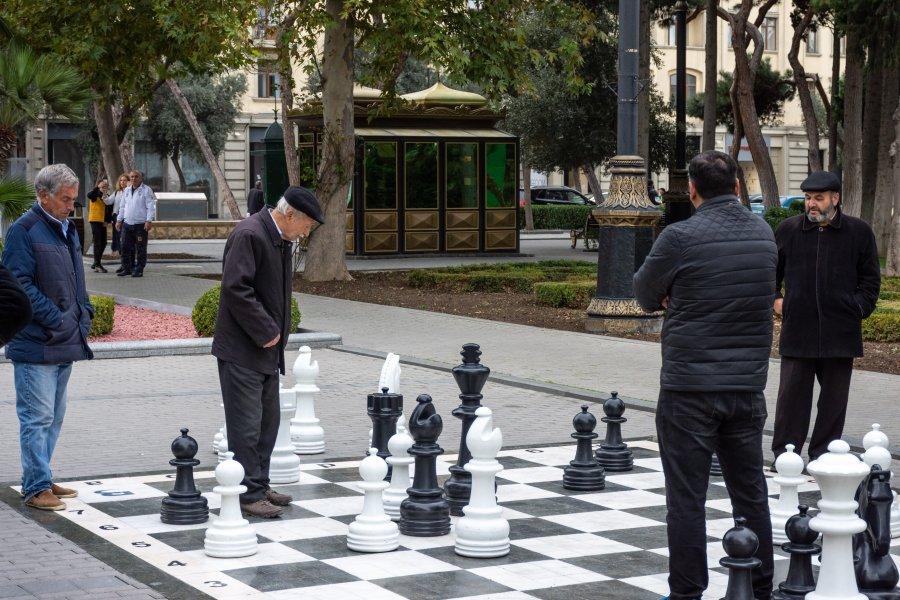 Papis jouent aux échecs à Bakou