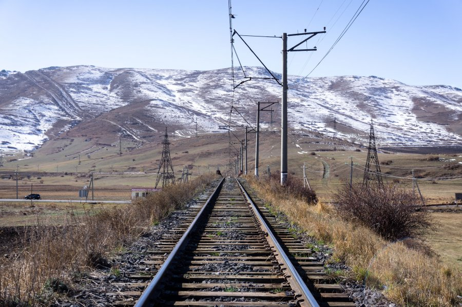Rails et neige au nord de l'Arménie