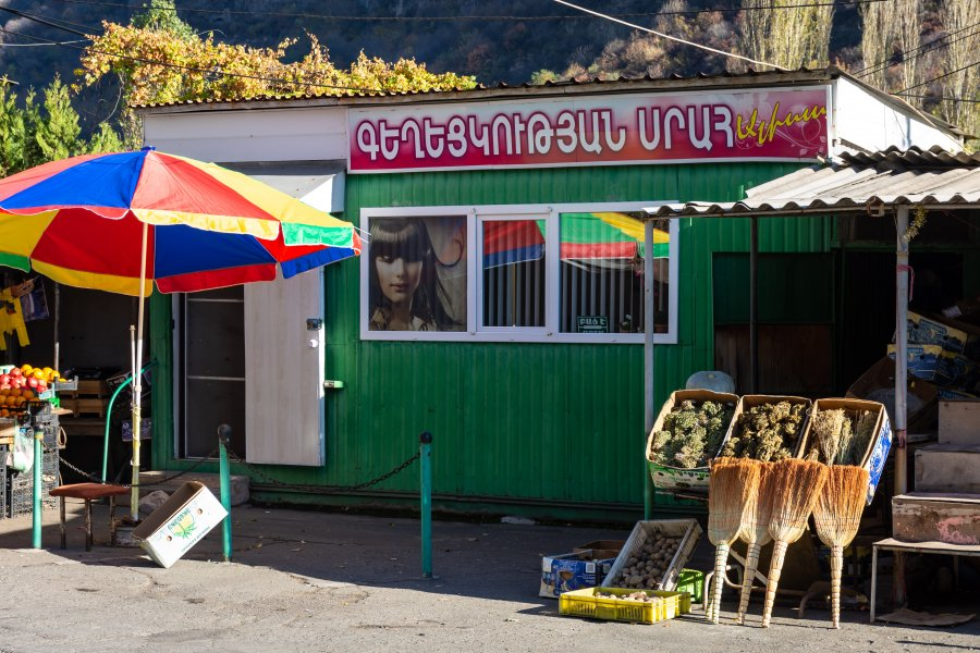 Vendeur de légumes et de balais