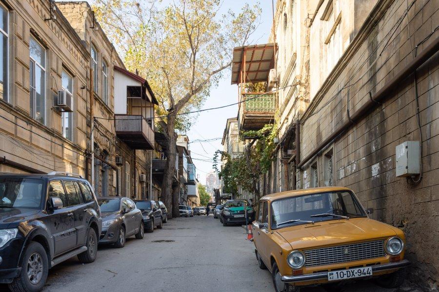 Vieux quartier de Bakou avec Lada