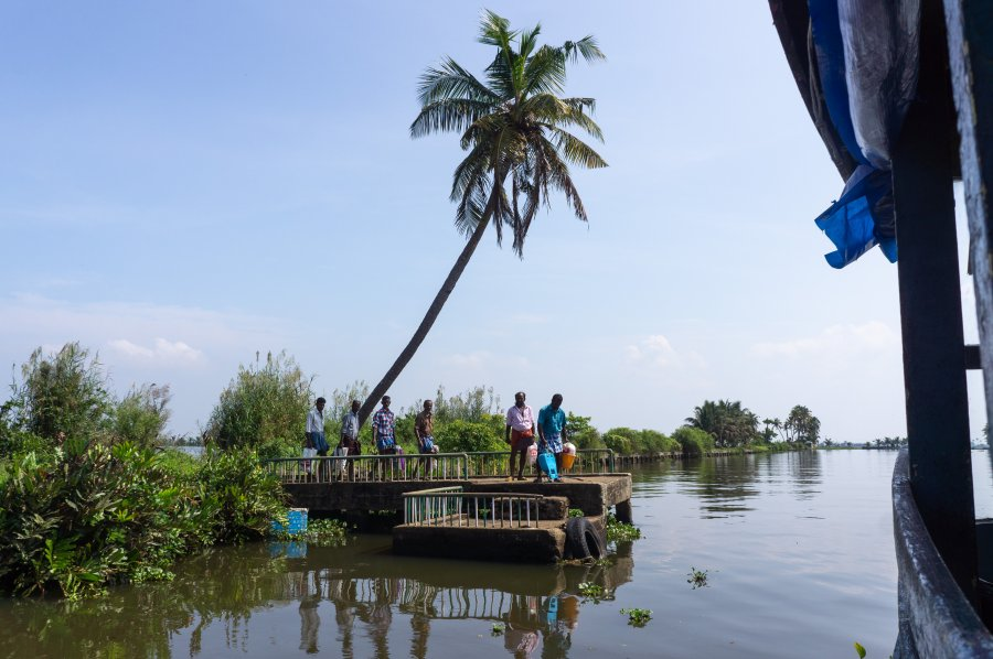 Arrêt du bateau public sur les backwaters, Kerala