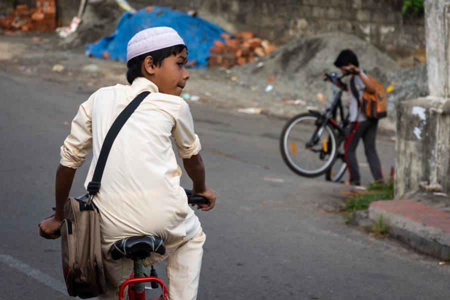 Enfant à vélo dans Cochin, Kerala, Inde