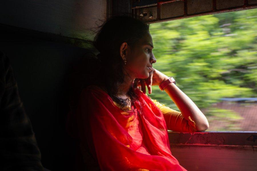 Jeune femme dans un train en Inde