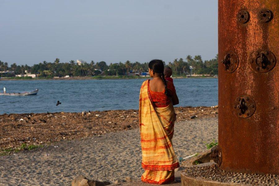 Indienne en sari avec son enfant sur la plage de Cochin