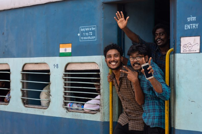 Jeunes Indiens enjoués dans un train